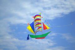 腾飞在天空的船风筝 图库摄影