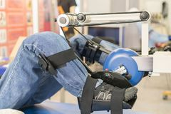 腿修复的模拟器 受伤的肢体的修复 在用具的时装模特训练腿的 库存图片