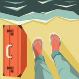 腿和手提箱在海滩 免版税库存图片