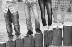 腿和脚十几岁的男孩和女孩室外黑白 免版税库存照片