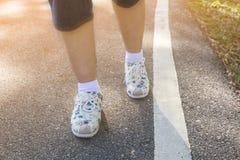 腿和脚,走动本质上的妇女在游览中放松 免版税库存照片