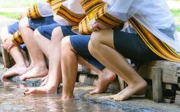 腿在毕业生女孩中水坐水线 免版税库存图片