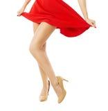腿在红色礼服的妇女跳舞在白色 库存照片