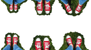 腿拼贴画在老红色运动鞋的在绿草 从Ab的看法 免版税库存图片