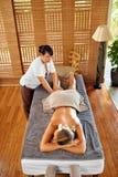 腿按摩温泉疗法 机体关心英尺健康温泉水妇女 按摩女性腿的男按摩师 库存照片