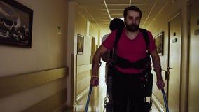 腿无效在走通过走廊的机器人外骨骼 股票录像
