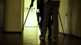 腿无效在走通过走廊的机器人外骨骼 股票视频