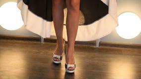 腿特写镜头在妇女鞋子的黑礼服的 股票视频
