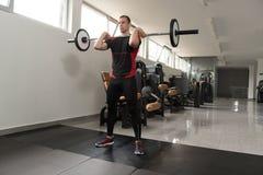 腿的前面杠铃蹲坐锻炼 免版税库存图片