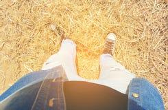 腿的顶视图在牛仔裤和运动鞋的 库存图片