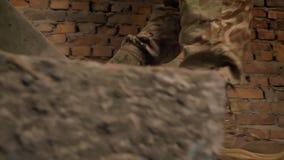 腿被聚焦的特写镜头射击在伪装的,军事男性走,台阶,室内地板 股票录像