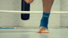 腿跳跃在跳绳的拳击手人,当在箱子圆环的心脏训练在健身房时 股票视频