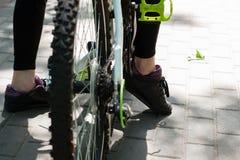 腿骑自行车者在度假在一次长的旅行以后的 免版税库存照片