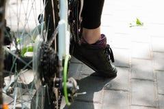 腿骑自行车者在度假在一次长的旅行以后的 库存照片