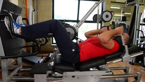 腿锻炼 Man på idrottshallen 影视素材
