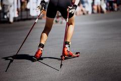 腿滑雪路辗的女孩运动员 图库摄影