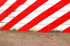 膏药墙壁被绘红色和白色 背景的象方 免版税库存照片