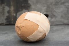 膏药的残破的医疗保健概念图象在鸡蛋的 库存图片