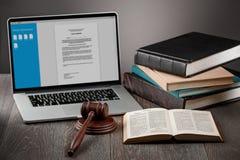 膝上型计算机、惊堂木和书 免版税库存图片