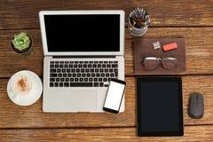 膝上型计算机、智能手机和数字式片剂有咖啡的 库存图片