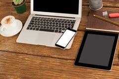 膝上型计算机、智能手机和数字式片剂有咖啡的 库存照片
