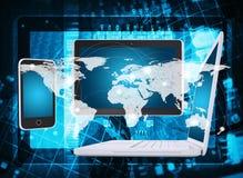膝上型计算机、片剂、智能手机、微型电路和地图 免版税库存照片