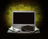 膝上型计算机、片剂、智能手机和USB闪光在背景驾驶 免版税库存照片