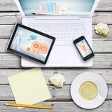 膝上型计算机、片剂个人计算机、智能手机和咖啡杯 免版税库存图片