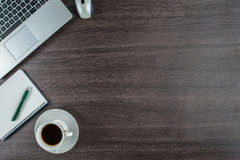 膝上型计算机、笔记本和咖啡杯在工作书桌上 免版税库存照片