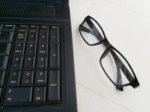 膝上型计算机与specs的工作站 免版税库存图片