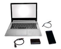 膝上型计算机个人计算机聪明的电话卡片阅读机和数据缆绳在白色调和隔绝 免版税库存照片