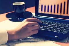 膝上型计算机人使用 免版税库存图片