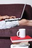 膝上型计算机人员键入 免版税库存图片