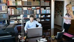 膝上型计算机人工作 秘书协调某事与在片剂的上司 影视素材