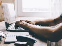 膝上型计算机人工作 图库摄影