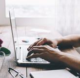膝上型计算机人工作 免版税库存图片