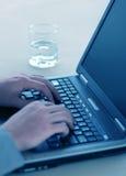 膝上型计算机人工作 免版税图库摄影