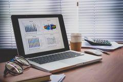 膝上型计算机企业财务数据分析图显示屏  库存照片
