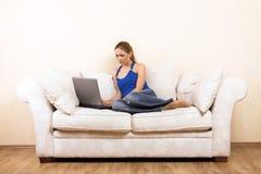 膝上型计算机休息室妇女 免版税库存照片