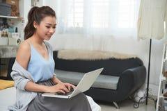 膝上型计算机俏丽的妇女工作 免版税图库摄影