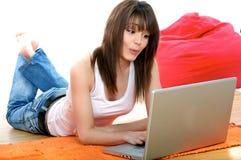 膝上型计算机俏丽的妇女 免版税图库摄影