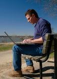 膝上型计算机公园工作 免版税库存图片