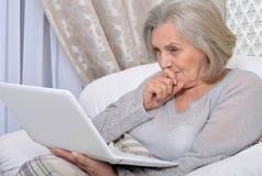 膝上型计算机前辈妇女 免版税库存图片