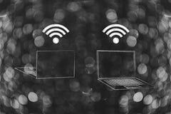 膝上型计算机前面和后面看法与wifi商标在屏幕上 免版税库存照片