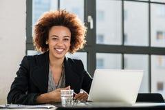膝上型计算机办公室妇女工作 库存照片