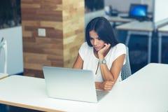 膝上型计算机办公室妇女工作 免版税库存照片