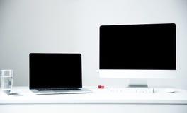 膝上型计算机和个人计算机在工作场所在办公室 库存图片