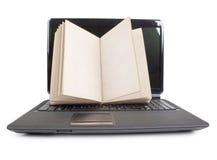 膝上型计算机和书 库存照片