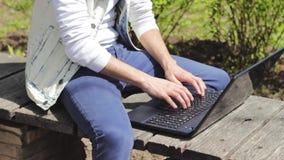膝上型计算机和人自由职业者特写镜头  影视素材