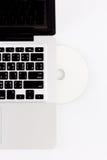 膝上型计算机和光盘 免版税库存照片